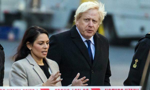 SULMI TERRORIST ME THIKË NË LONDËR/ Boris Johnson: 74 terroristë të dënuar janë liruar nga burgu para kohës