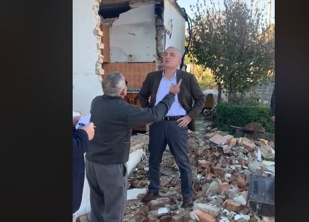 """""""QEPE GOJËN""""/ Shoqëruesi i Ilir Metës kërcenon banorin që i është prishur shtëpia nga tërmeti (VIDEO)"""