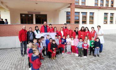 QINDRA ÇANTA PËR FËMIJËT NË DURRËS/ Të rinjtë shqiptarë dërgojnë nga Turqia mjete shkollore
