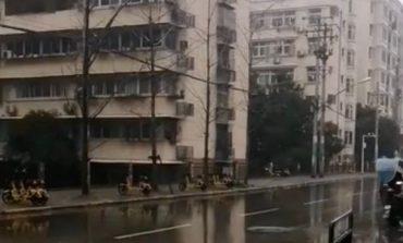 KTHYER NË NJË QYTET FANTAZMË/ Virusi vdekjeprurës në Kinë izolon njerëzit nëpër banesa (FOTO)