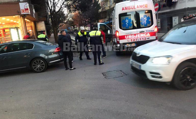 AKSIDENT NË BLLOK/ Makina kthehet përmbys, shoferja përfundon në spital (FOTO)