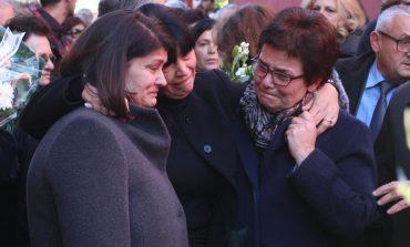 ARTI NË ZI! Përcillet për në banesën e fundit aktori Xhevdet Ferri, familjarë dhe kolegët artistë i japin lamtumirën (FOTO)
