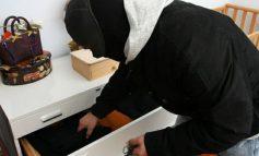 GRABITJE NË FIER/ Maskat hyjnë në banesën e 40-vjeçares dhe marrin bizhuteri e para