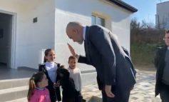 """PAS KTHIMIT NGA ITALIA/ Rama i dorëzon """"çelësat"""" familjes Sula në Kashar: Po shohim një teknologji anti-sizmike për banesat e reja"""