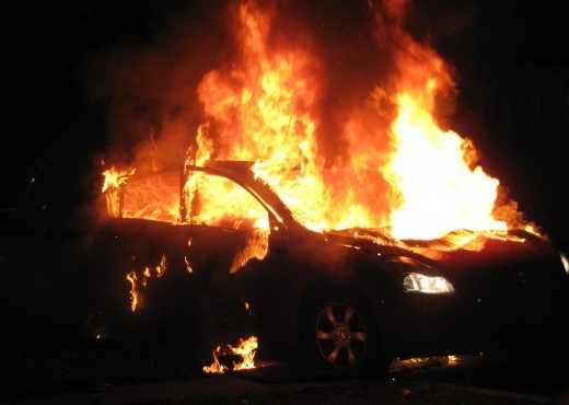 DY ORË PAS ATENTATIT NË VLORË/ Gjendet një makinë e djegur, dyshohet e autorëve