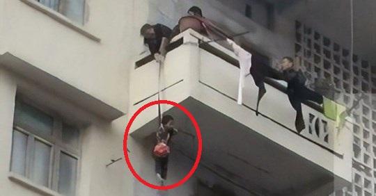ÇMENDURIA E GJYSHES/ Lidh nipin me litar për të shpëtuar macen që kishte ngecur në ballkonin…