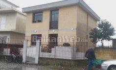 PLAN SI NËPËR FILMA/ Tentohet të grabitet qendra komunitare në Shkodër. Provojnë të çajnë murin, por s'ia dalin (VIDEO)