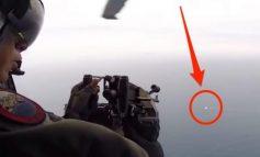 STËRVITJA E USHTRISË AMERIKANE/ Momenti kur me mitralozin e montuar në helikopter rrëzon dronin në det (VIDEO)