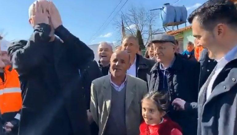 RAMA VIZITË NË RRUGËN BUJQËSORE NË ELBASAN/ Vë duart në kokë nga përgjigja e vajzës së vogël (VIDEO)