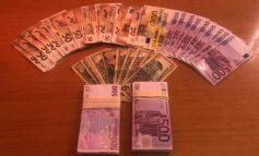 I SHPËTOI RINASIT ME MBI 100 MIJË EURO TË PADEKLARUARA/ Kapet në Sarandë francezi, shkeli dhe rregullat e qarkullimit