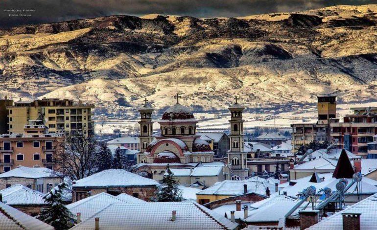 PANORAMA E MREKULLUESHME NGA KORÇA/ Qyteti nën petkun e dëborës