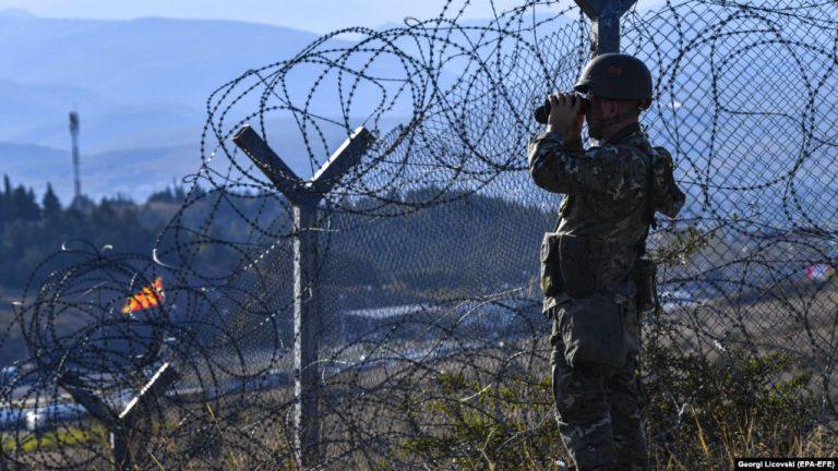 KRIZA E REFUGJATËVE/ Policia maqedonase ndalon dhjetëra migrantë që kishin hyrë…
