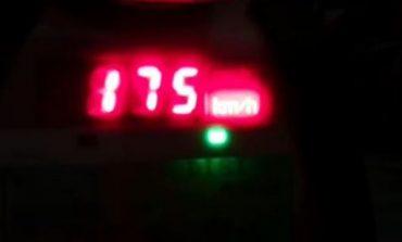 ME SHPEJTËSI NGA 141-175 KM/H DHE TË DEHUR NË TIMON/ Policia rrugore pezullon 22 patenta gjatë natës, 2 shoferë në pranga (VIDEO)