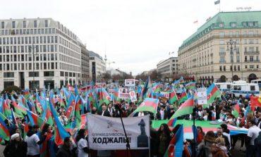 """""""NE I THEMI JO TERRORIT!"""" Azerbajxhani kujton genocidin """"Khojaly"""", tubime në Paris dhe në Berlin"""