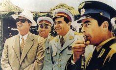 """""""U HODH PËRPJETË DHE GODITI ME GRUSHT NË TRYEZË""""/ Nexhmije Hoxha rrëfen përplasjet në ushtri: Çfarë thanë nën avujt e rakisë Petrit Dume e Shefqet Peçi"""
