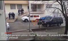 NË PRANGA 53 PERSONA/ Ja momenti kur të arrestuarit futen në Komisariat (VIDEO)