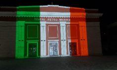 """VLORA SOLIDARIZOHET ME ITALINË/ Teatri """"Petro Marko"""" vishet me ngjyrat e flamurit trengjyrësh"""
