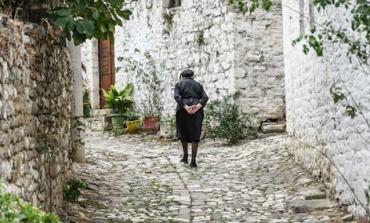 """""""NJË GRUA QË ECËN NË RRUGËT ME...""""/ """"Guardian"""" publikon shkrepjen e veçantë nga Berati"""