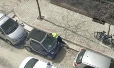 VIDEO VIRALE/ Thyen karantinimin e i fshihet patrullës së policisë, por qytetarët e filmojnë dhe...