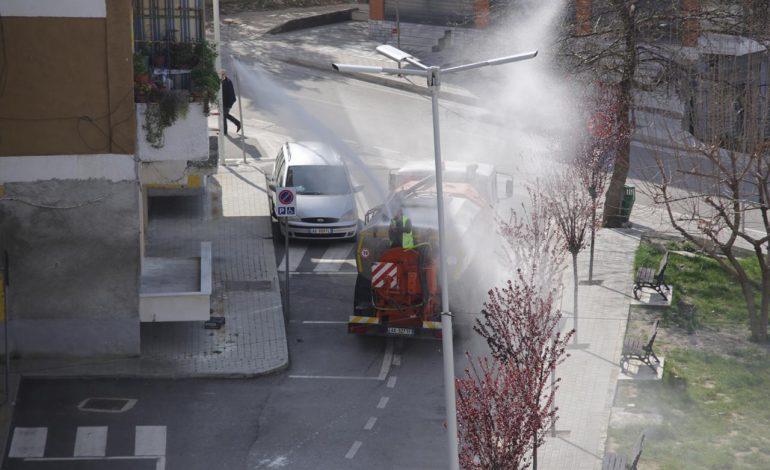 SHQIPËRIA NË IZOLIM/ Mallakastra boshatiset, qyteti dezinfektohet (PAMJET)