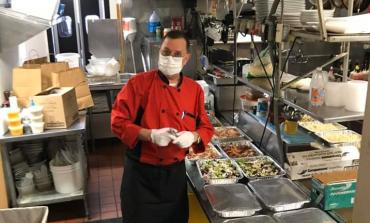 KORONAVIRUSI/ Guzhinieri shqiptar në SHBA gatuan për infermierët dhe doktorët: Sot, gjithë ushqimin e restorantit po ua dhurojmë heronjve të vijës së parë (FOTOT)