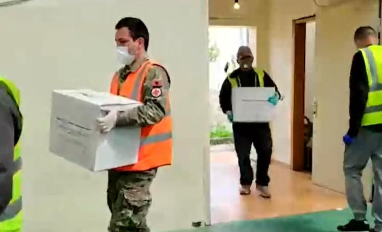 """""""NJË ATDHE, NJË FAMILJE""""/ 5848 familje u ndihmuan sot me ushqime dhe barna mjekësore (VIDEO)"""