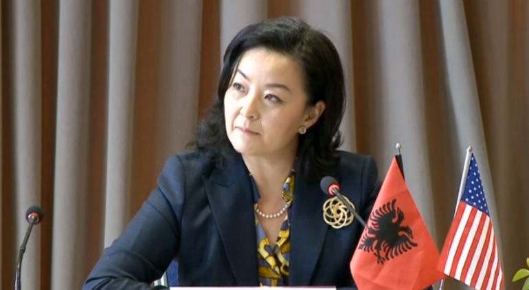 """""""PRISNI BILETËN DHE…""""/ Ambasadorja Yuri Kim përsërit thirrjen për amerikanët që jetojnë në Shqipëri"""
