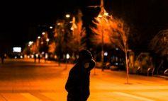 THYEN KARANTINËN PËR TË VJEDHUR MARKETIN/ Si e pësuan dy të rinjtë në Elbasan (EMRAT)