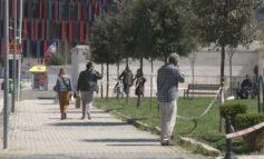 MASAT NDAJ KORONAVIRUSIT/ Në Tiranë thyhet shtetrrethimi, në lagje dhe rrugë kalimtarët shkelin masat mbrojtëse