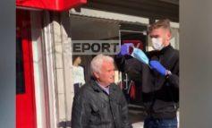 GJESTI I VEÇANTË I DJALIT 17-VJEÇAR NË LEZHË/ Shpërndan 500 maska dhe ndihmon të moshuarit për t'i vendosin në fytyrë
