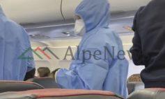 """BRENDA """"AIR ALBANIA""""/ Rikthimi i shqiptarëve nga Londra, stjuardesat veshur me kostume speciale (VIDEO)"""