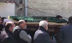 SKANDALI I BASHKISË SHKODËR/ Në varrimin e Gëzim Krujës: Zëvendëson flamurin shqiptar me një mbulesë me mbishkrime arabe
