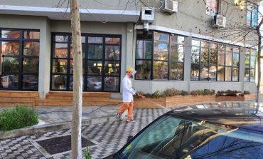 KORONAVIRUSI/ Vatër e re COVID-19 në Elbasan, Bashkia dezinfekton zonën
