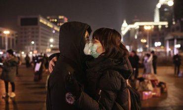 SEKSI NË KOHËN E KORONAVIRUSIT/ Prekjet, puthje dhe përdorimi i prezervativëve. Çfarë duhet të dini