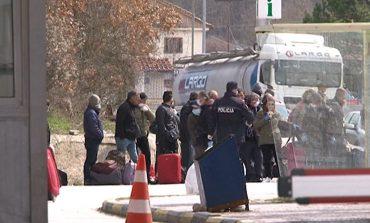 KORONAVIRUSI/ Emigrantët e bllokuar prej ditësh kalojnë kufirin, do të karantinohen për 14 ditë