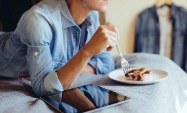 KORONAVIRUSI/ Përse jemi gjithmonë të uritur në vetizolim? 6 arsye pse e hapim aq shumë frigoriferin