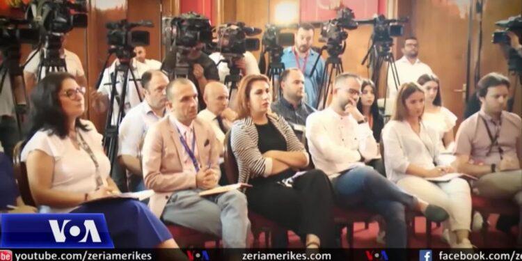 VOA: Liria e medias në Shqipëri në rënie, krizat e njëpasnjëshme dëmtuan gazetarët