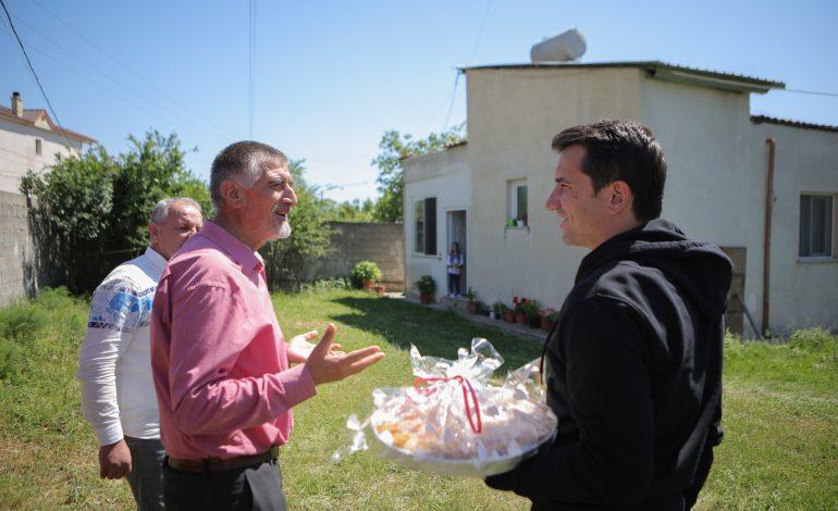 FITER BAJRAMI/ Kryebashkiaku Veliaj shpërndan ushqime për familjet në Farkë