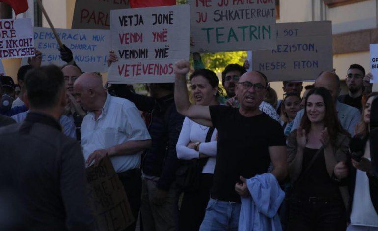 SHEMBJA E TEATRIT/ Robert Budina kërcënon Ramën: Do t'i sjellim njerëzit para shtëpisë dhe Kryeministrisë zoti rrugaç