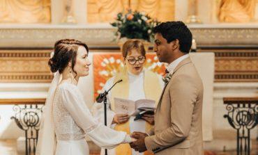 KORONAVIRUSI U ANULOI DASMËN/ Infermierja dhe mjeku martohen në spital (FOTOT)