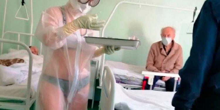 COVID-19/ Njihuni me infermieren 20-vjeçare, që u shërben e zhveshur të infektuarve nga virusi
