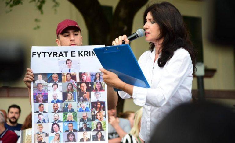SKANDAL/ Ish-ministrja e Arsimit e Lulit që bën gjyqe popullore, analfabete. Asnjë fjali nuk e shkruan dot pa gabime (FOTO)