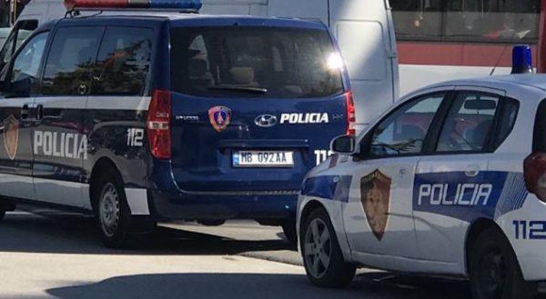 QARKULLONTE I ARMATOSUR ME PISTOLETË/ Pranga 34-vjeçarit të dënuar për vjedhje e dhunë në familje