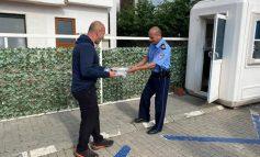 FITER BAJRAMI/ Haradinaj iu shpërndan ëmbëlsira policëve pranë shtëpisë së tij (FOTO)