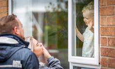 """PAMJE QË TË """"COPTOJNË"""" ZEMRËN/ Nëna infermiere takon djalin dy vjeçar përmes dritares (FOTOT)"""