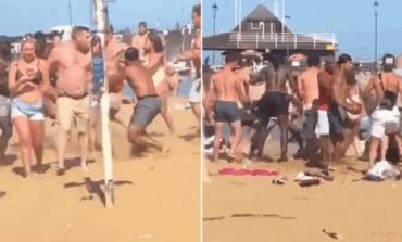 HARROJNË COVID-19/ Përleshje masive në plazhin e mbushur me njerëz, pamjet nga vendngjarja