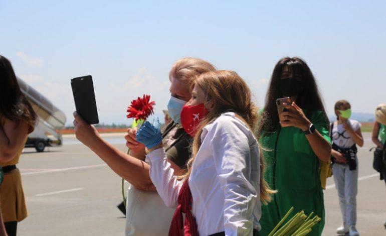 """""""GATI PËR TË SHIJUAR BUKURITË E SHQIPËRISË""""/ Mbërrin në Tiranë charteri i parë turistik nga Ukraina (PAMJET)"""