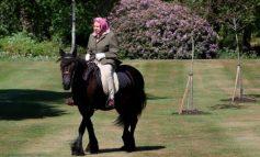 MBRETËRESHËN ELISABETH SE NDAL ASKUSH/ Shfaqet për herë të parë pas pandemisë duke shëtitur me kalë (FOTOT)