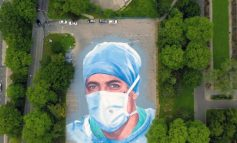 NDËRROI JETË NGA COVID-19/ Artisti pikturon portretin e mjekut në mes të parkut (FOTO)
