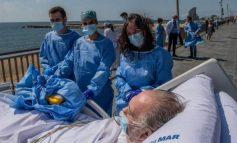 COVID-19/ Në Spanjë pacientët e infektuar dërgohen në plazh si pjesë e terapisë së rikuperimit (FOTOT)
